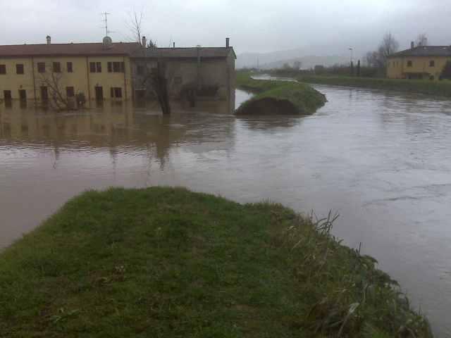 Il ponto del collasso arginale del torrente Calice - Natale 2009